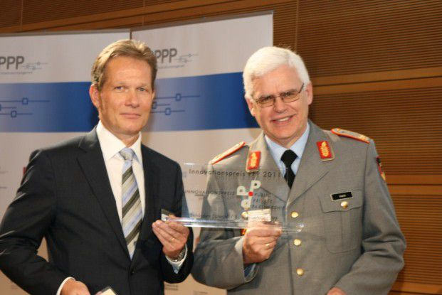 Peter Blaschke und Brigadegeneral Klaus Veit bei der Preisverleihung.