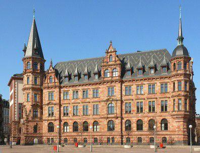 Rathaus der Stadt Wiesbaden: Mit neuer Software bessere Hilfe leisten.