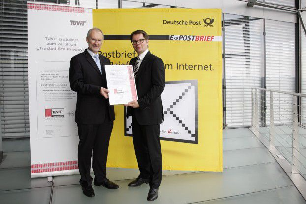 Antonius Sommer, Geschäftsführer der TÜViT (links), und Ralph Wiegand, Mitglied des Bereichsvorstands Brief der Deutschen Post, bei der Übergabe des Zertifikats.
