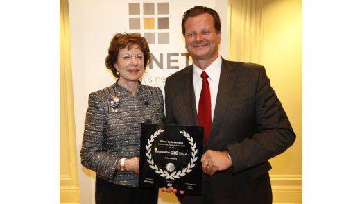"""EU-Kommissarin Neelie Kroes überreicht Oliver Bussmann den Preis als 2012 European CIO in der Kategorie """"Client-driven""""."""