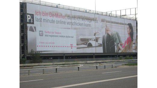 De-Mail-Werbung der Deutschen Telekom am Flughafen Köln-Bonn. Das neue E-Government-Gesetz beflügelt das Geschäft mit Behörden.