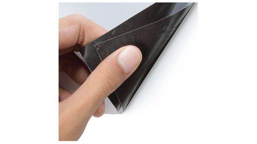 """Seit Jahren begleiten uns Studien zu biegsamen Displays. Jetzt werden aus Konzepten konkrete Produkte. Apple-Zulieferer Corning etwa macht mit Willow Glass von sich reden. Das biegsame Glas wurde im Juni auf der Branchenmesse Display Week gezeigt. Zuvor hatte Samsung seinem beweglichen Amoled-Schirm den Namen """"Youm"""" verpasst und Details veröffentlicht. Und auch LG ist bei den flexiblen Schirmen am Ball: Ein flexibles E-Ink-Display soll bereits produziert werden."""
