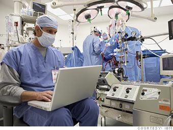 """Vor der Operation noch schnell ein Blick in das Notebook: Die App """"Checkme!"""" von Elsevier dokumentiert neueste Standards bei ärztlichen Eingriffen."""