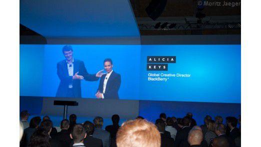 Thorsten Heinz, CEO von Blackberry stellt Musikerin Alicia Keys als Creative Director vor
