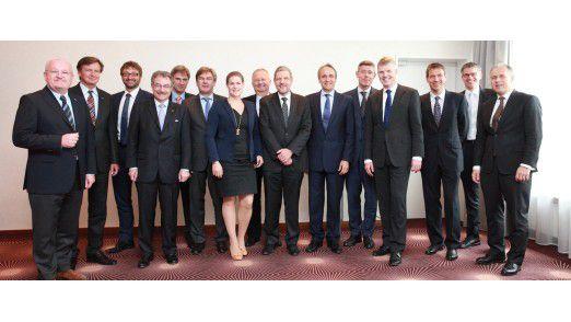 Gruppenbild mit Dame: Catharina van Delden im Kreis ihrer Bitkom-Präsidiumskollegen. Nicht im Bild: IBM-Chefin Martina Koederitz als zweite Frau im Gremium.