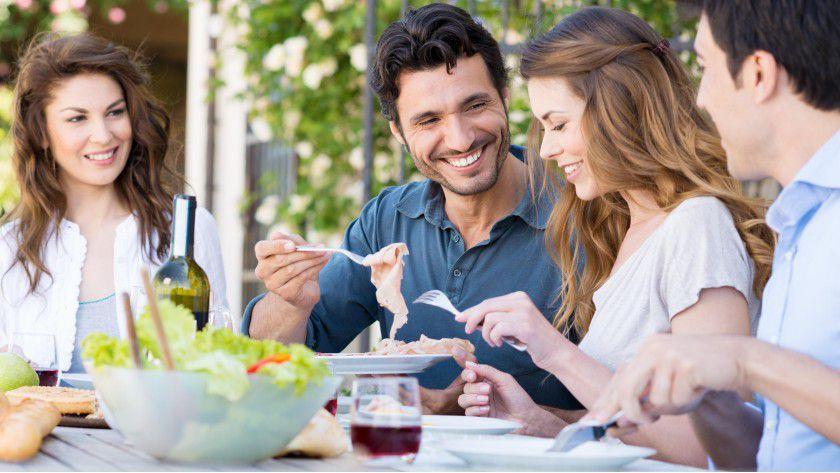 Lockere Runde: Mit netten Kollegen gemeinsam Essen gehen entspannt und macht kreativ.