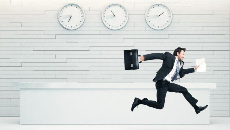 Manager in Hektik: Überstunden sind an der Tagesordnung, die Trennung zwischen Beruf und Privatleben fällt vielen schwer, so ein Ergebnis der jüngsten Befragung der Akademie für Führungskräfte.