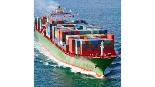 Auf Containerschiffen transportieren Hersteller rund um den Globus etwa 90 % aller Waren. Viele dieser Schiffe fahren mit umweltunfreundlichem Schweröl. Schweröl ist ein Rückstandsprodukt aus der Erdöl-Raffinerie und enthält wesentlich mehr Schwefel sowie andere Schadstoffe wie zum Beispiel Schwermetalle als Pkw-Brennstoffe.