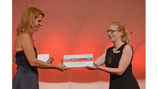 Gala-Moderatorin Katrin Müller-Hohenstein überreicht Claudia Liebl die Urkunde.