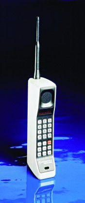 An dem ersten tragbaren Telefon hatte man noch ordentlich zu schleppen: Motorola DynaTAC 8000X