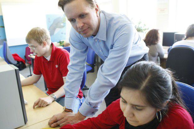 Maik Schwarze von Microsoft hat Hauptschülern PC-Kenntnisse beigebracht.