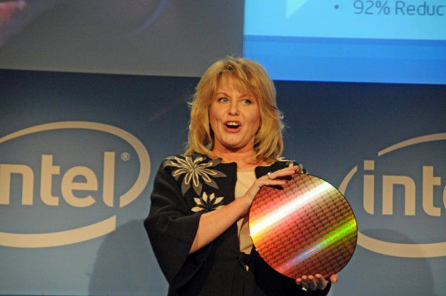 Diane Bryant, CIO von Intel, hält einen Westmere-Wafer mit der Strukturbreite 32 Nanometer in Händen. Die einzelnen Dies haben jeweils sechs Kerne. Hieraus werden Intels künftige Xeon- und Highend-Desktop-Prozessoren geschneidert.