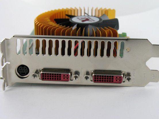 Hier stehen zwei DVI-Schnittstellen und eine S-Video-Buchse (TV-Out) zur Verfügung.