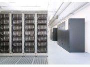 Gut gekühlt: Kühlgeräte (hier rechts) sollten zwei Funktionen gut koordinieren: die eigentliche Kühlung und die Be- oder Entfeuchtung eines Serverraumes beziehungsweise Rechenzentrums. (Quelle: Host Europe RZ)